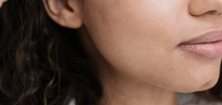 Kvinde og ansigtsolie