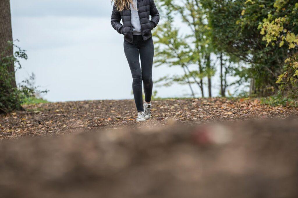 Pige på gåtur