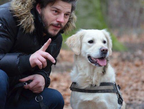 Mand med hund i snor