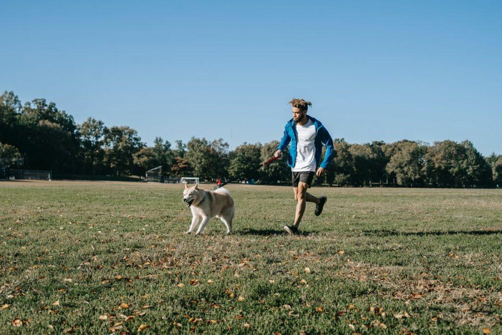 glad mand med hund